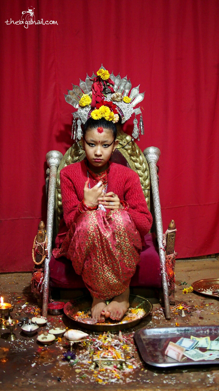 La Kumari de Patan montrant des signes de nervosité devant mon objectif